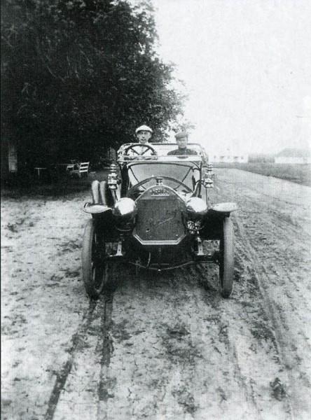 Рахманинов за рулем автомобиля с шофером. Ивановка. 1913 г.