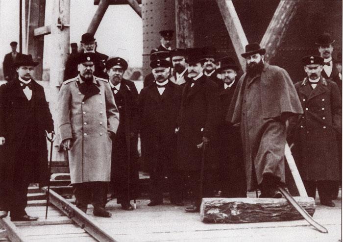 Русские и французские строители Троицкого моста. И.А. Ландау третий справа в первом ряду