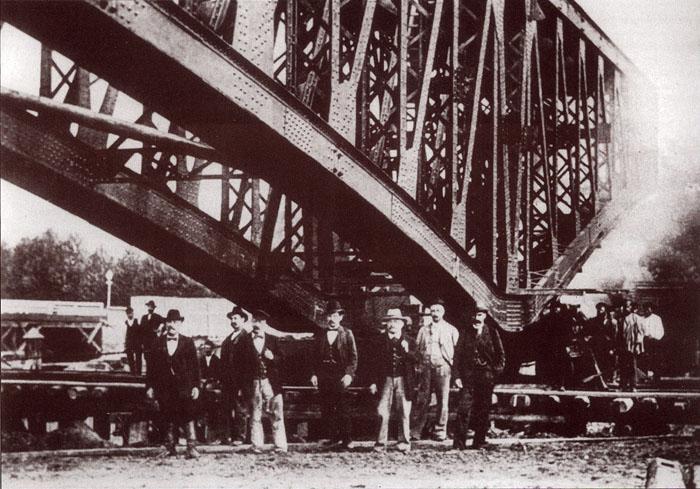 Группа строителей Троицкого моста. Третий справа налево - И.А. Ландау. Фермы левого крайнего пролета во время передвижении
