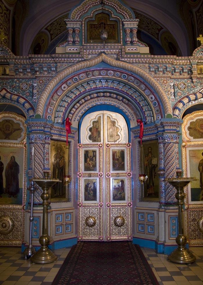 Центральная часть Благовещенского храма с изразцовым иконостасом