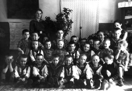 Воспитанники детского дома в Вельможке. В. Коваль - третий слева в первом ряду. Фото 1950-х гг.
