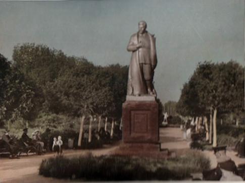 Памятник Сталину на привокзальной площади. Тамбов. Фото около 1950 г.