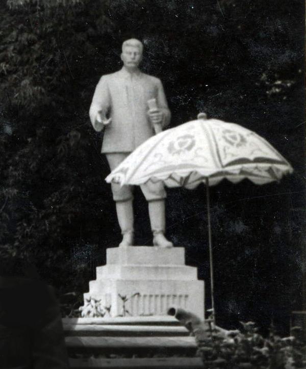 Памятник Сталину в парке Д/к