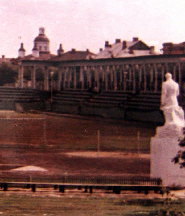 Скульптурный памятник на стадионе