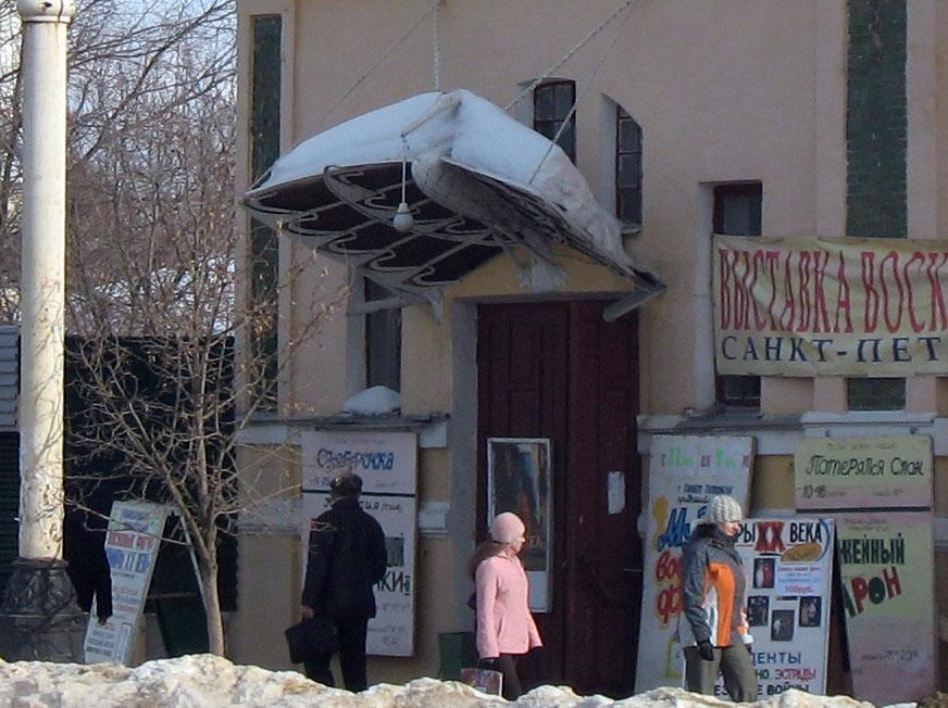 Скульптура аиста над входом в Модерн. Тамбов. Фото 2006 г.