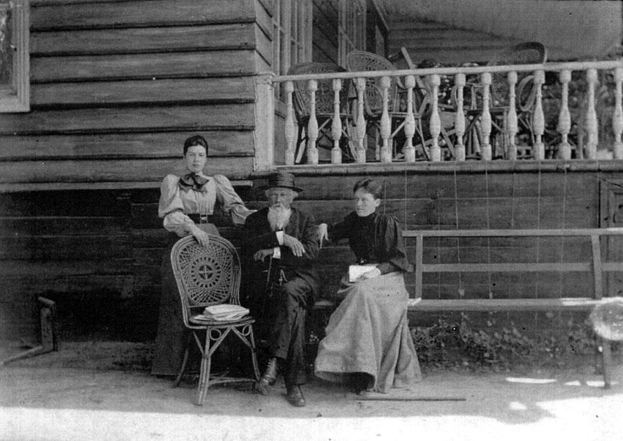 Жемчужников с дочерьми в усадьбе Боратынских Ильиновка. 1890-е гг.