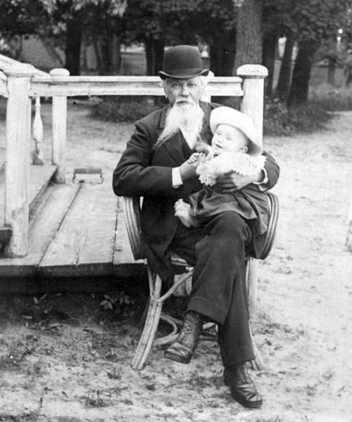 Жемчужников с внуком в Ильиновке. 1890-е гг.
