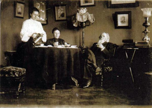 А.М. Жемчужников с Ольгой Алексеевной и Софьей Михайловной Боратынскими. Фото начала 1900 гг.