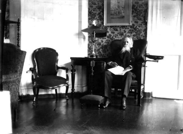 Жемчужников в кресле подаренном ему в год 50-летия литературной  деятельности. Дом Евсюковой на Араповской.