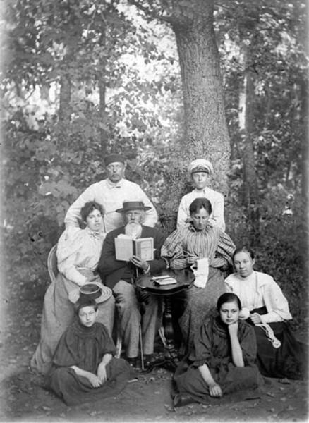 Поэт А.М. Жемчужников с семьей Боратынских в усадьбе Ильиновке. Фото 1895