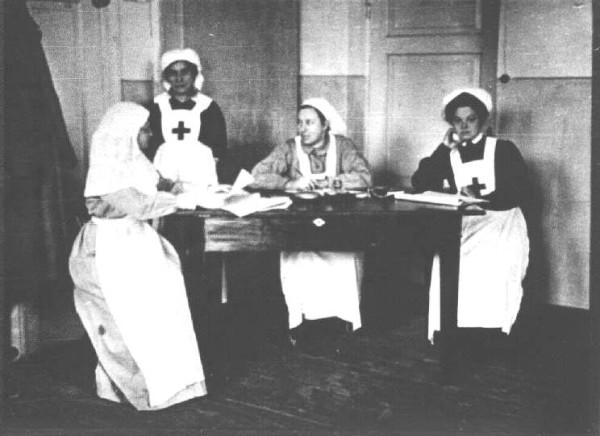 Сестры 70-го полевого госпиталя в г. Двинске. Сидит в центре - Е.М. Боратынская. Фото 1914-1915 гг.