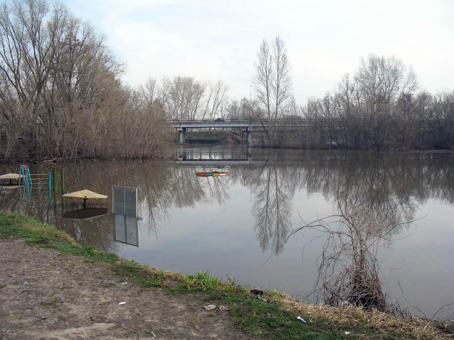 У Кривого моста. Фото 17 апреля 2012 г.