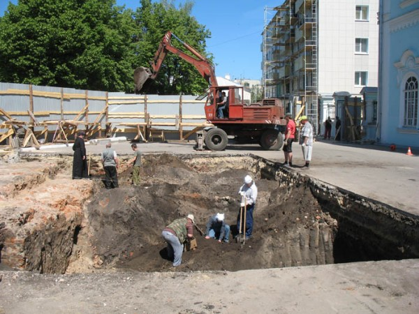 Раскопки около собора. Фото 2011 г.