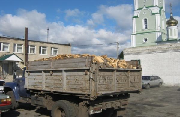 Автомобиль ЗИЛ-130, груженый дровами