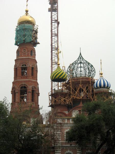Освящение и установка куполов Вознесенского храма тамбовского Вознесенского монастыря.  Фото 19 августа 2012 г.