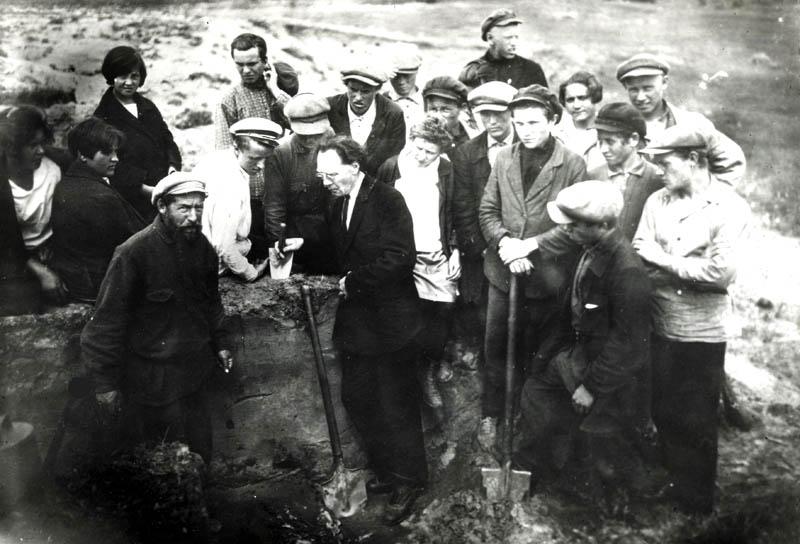 П.П. Иванов читает лекцию на раскопках. Фото 1930-х гг.