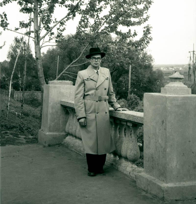 В.Г. Шпильчин у лестницы в горсаду. Фото конца 1950-х гг.