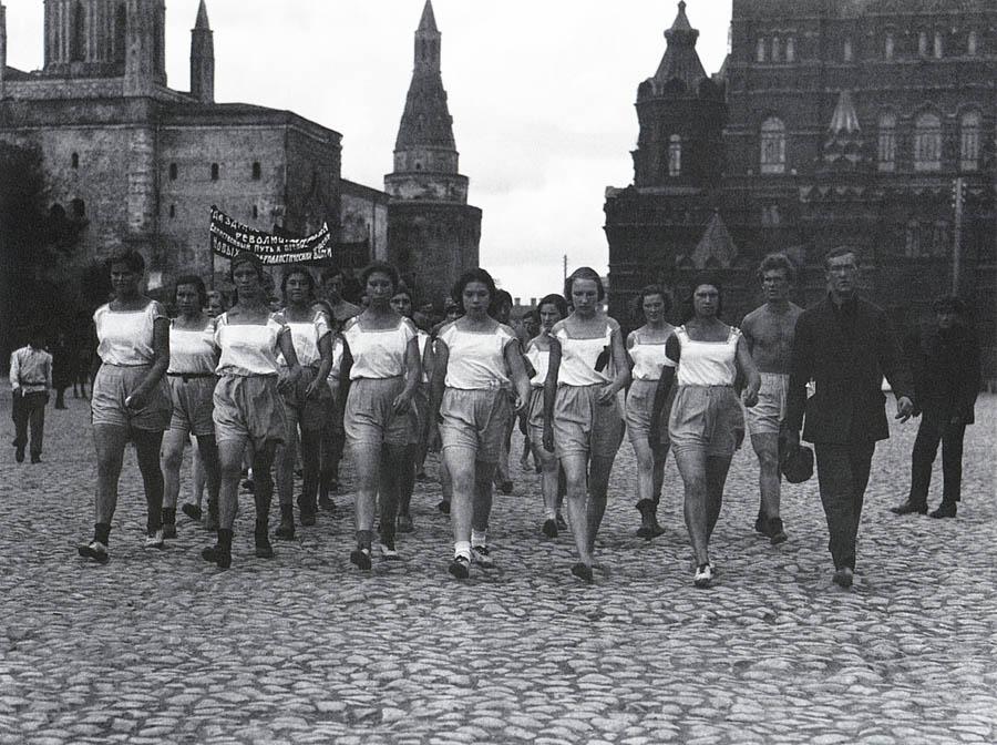 Физкультурницы на Красной площади 7 сентября 1924 г. МЮД. Фото А. Шейхета