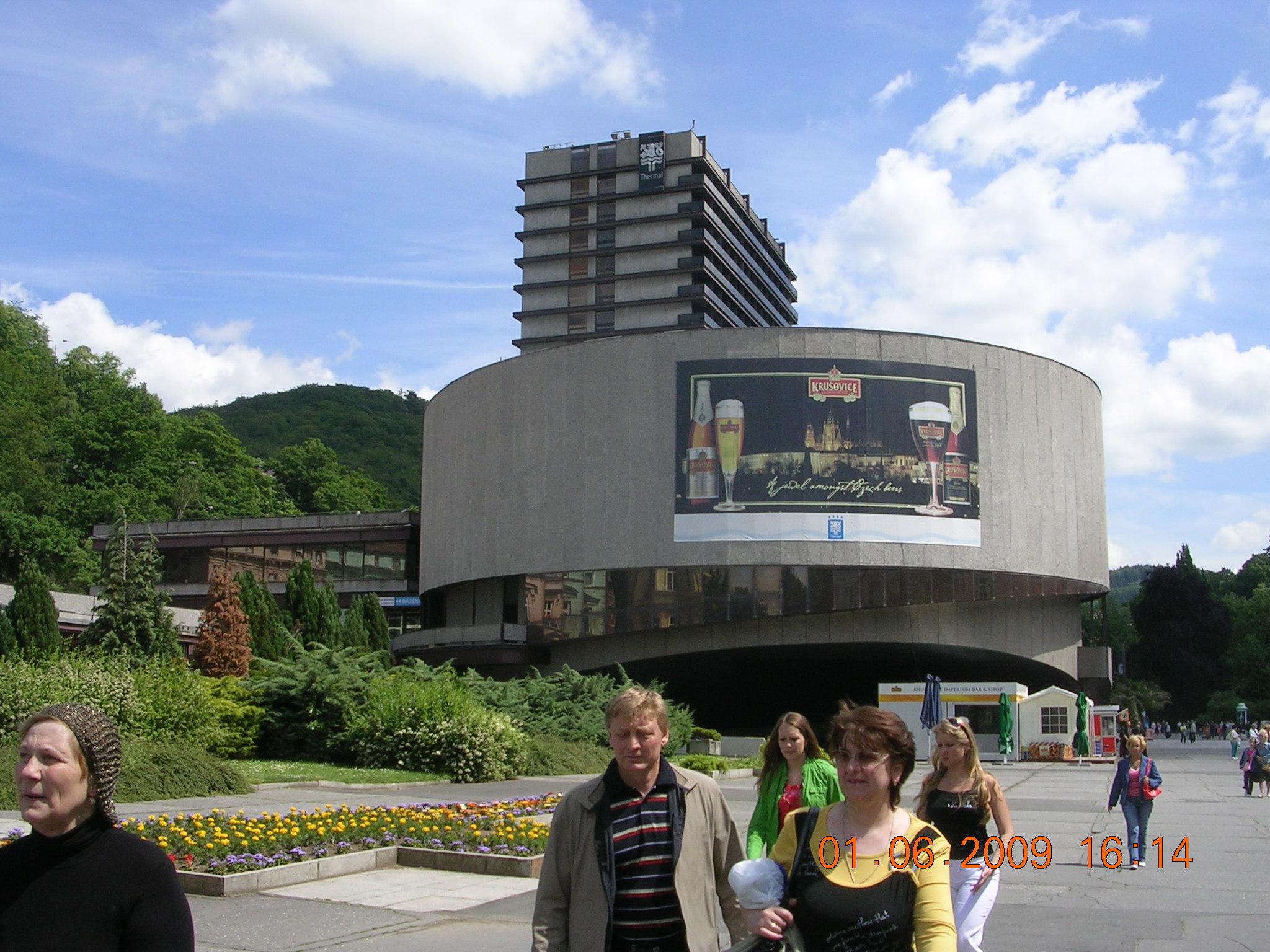 это знаменитый концертный зал, подарок СССР дружественной тогда Чехословакии