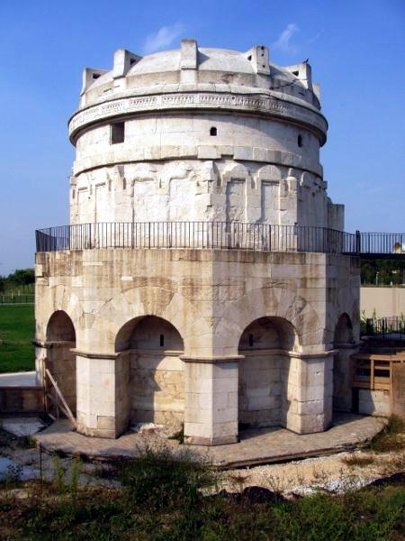 450px-Teodorico_Mausoleum_-_Ravenna,_Italy[1]