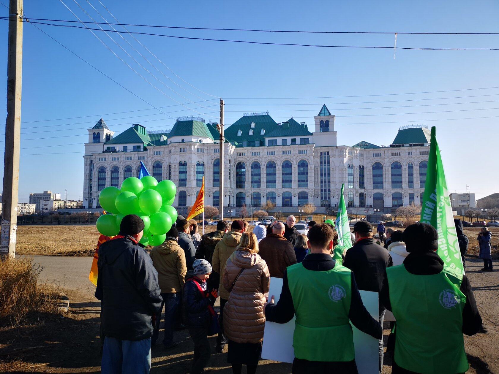 Олег Васильевич рассказывал историю той территории, по которой шло шествие.