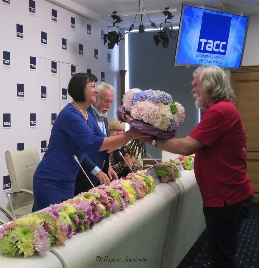 Владимир Бермяков вручает букет куратору фестиваля Марии Дмитренко