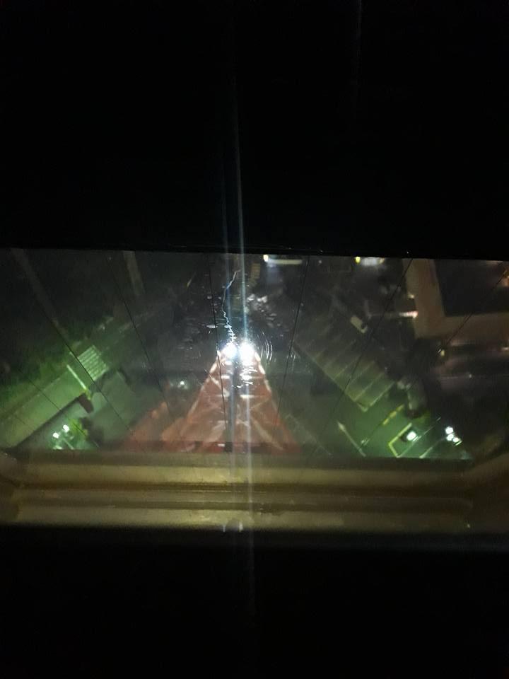 Vu de la vitre, c'est le parking de la tour