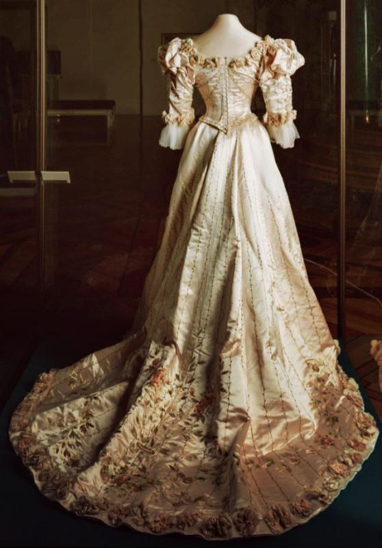 измельчить дорогие платья императриц в эрмитаже фото своей родине