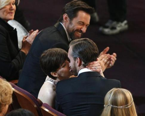 Anne Hathaway kisses her husband Adam Shulma, best supporting actress, Les Miserables