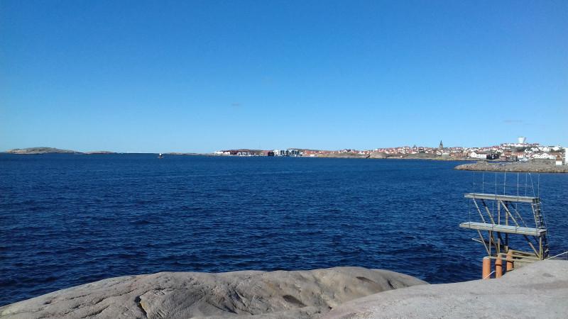 """Один из """"пляжей"""". Справа - вышка для прыжков в воду. За ней лесенка (не вошла в кадр). В день съемки ветер был тише и волны не такие сильные, как во время разговора со старушкой."""
