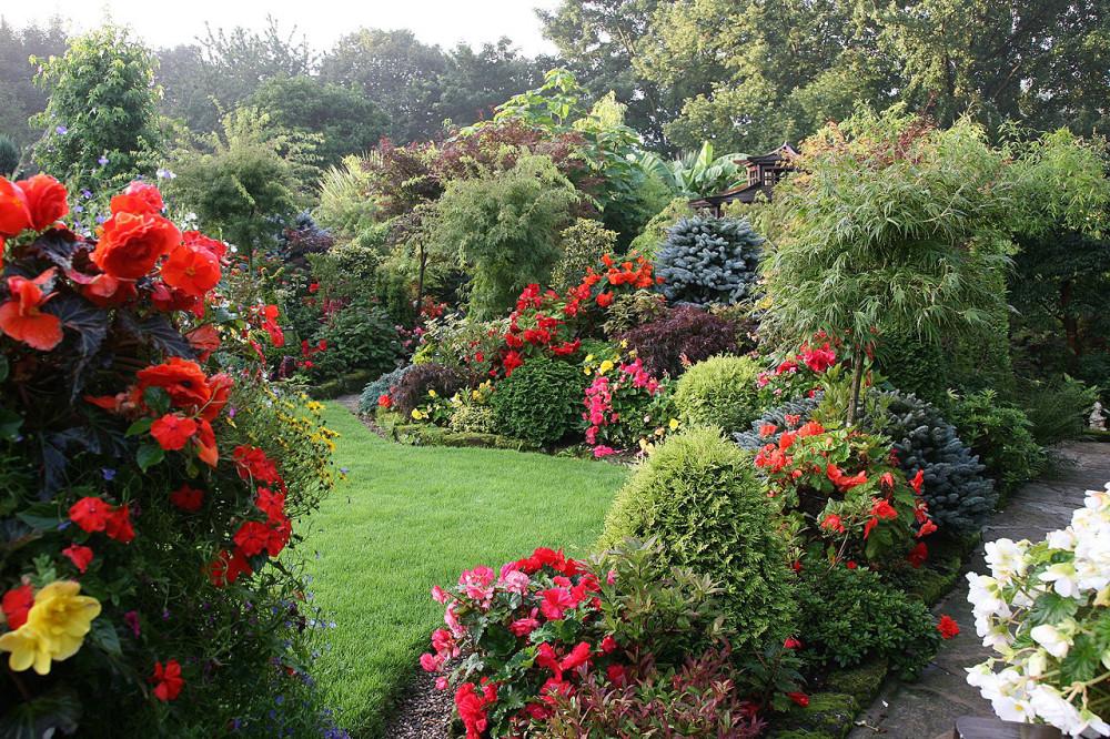 Миксбордер представляет собой участок сада, который оформлен в естественном или пейзажном стиле