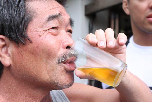 пьющие мочу фото
