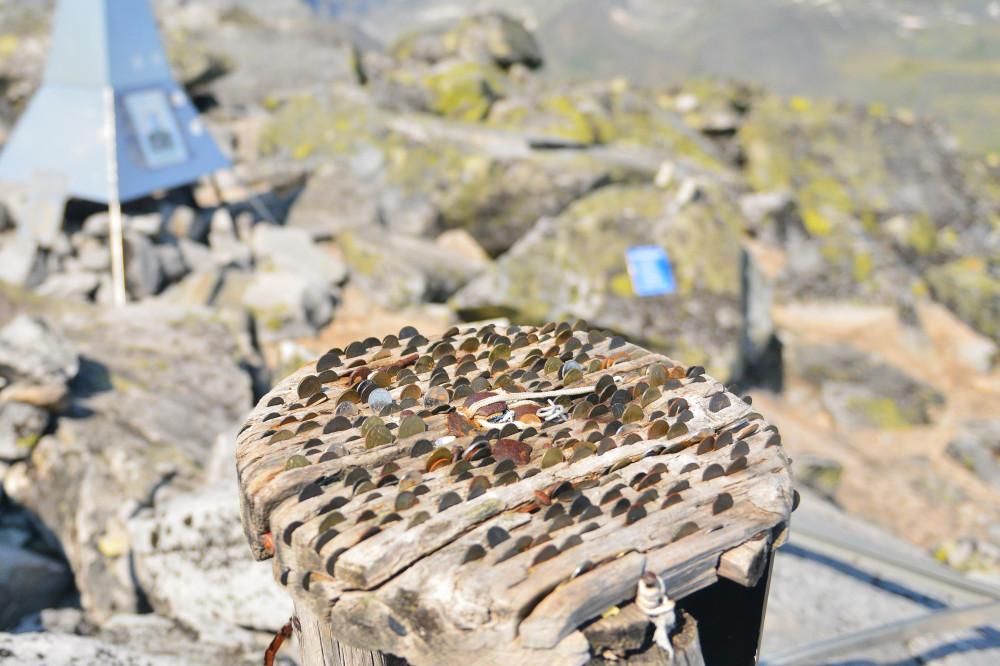 Памятные таблички на горе Народная, фото Маркосян Усик .
