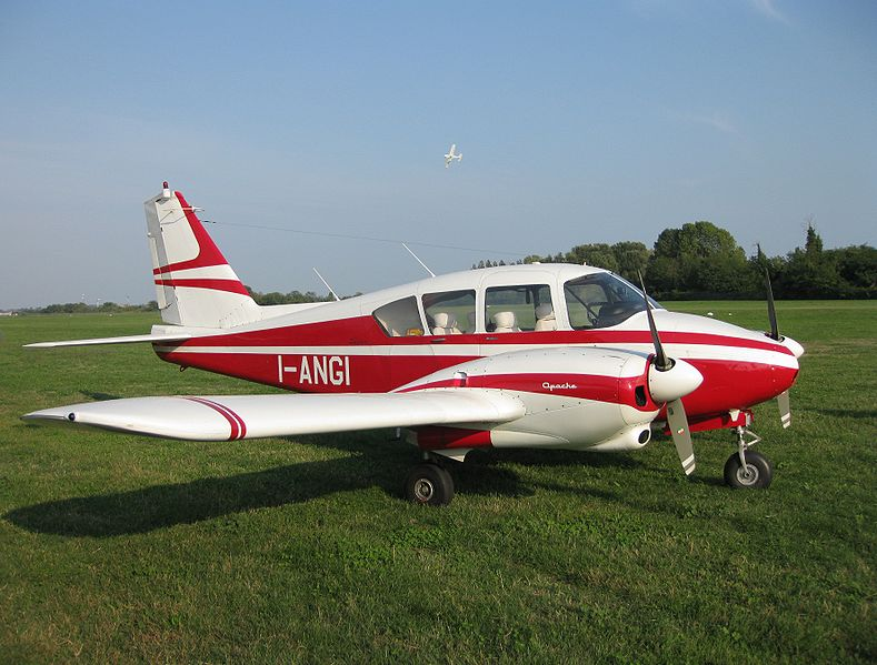 789px-Piper_PA-23_Apache_-_Venezia