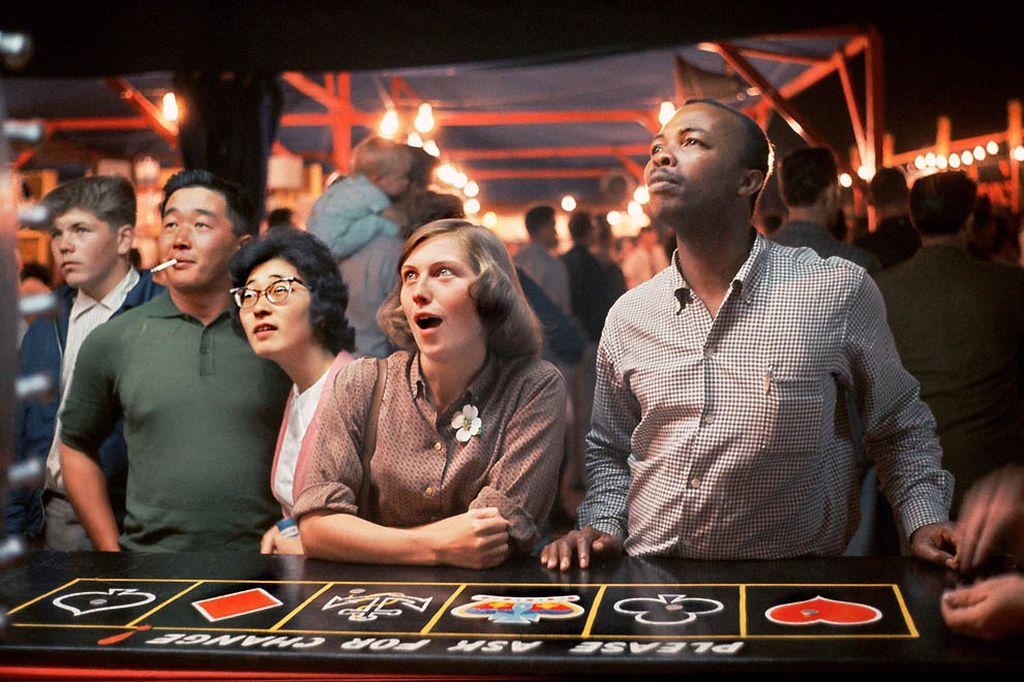 В казино нет места расовым предрассудкам — полный интернационал.