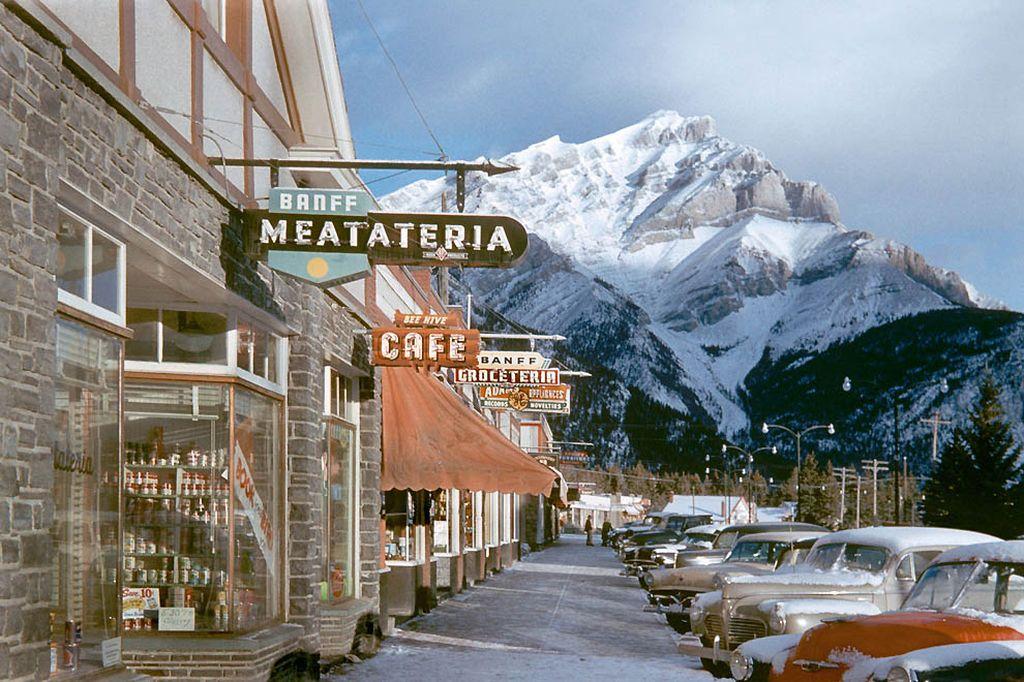 Вид на Скалистые горы с улиц городка Банф, на границе со старейшим Национальным парком в Канаде, тоже называющимся Банф. Парк был основан в 1885-м году, а фотография сделана в 1955-м.