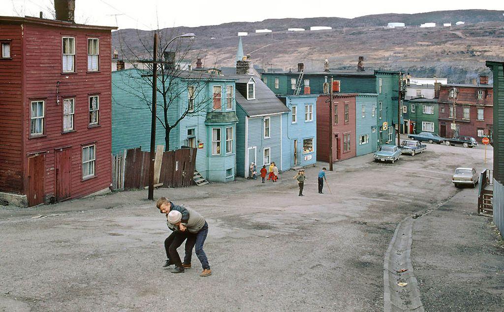 Провинциальный канадский городок. Любопытные дома, и обратите внимание на то, как жители пытаются оживить пейзаж разноцветными фасадами. Какой контраст с нашей вечно серой унылой палитрой.