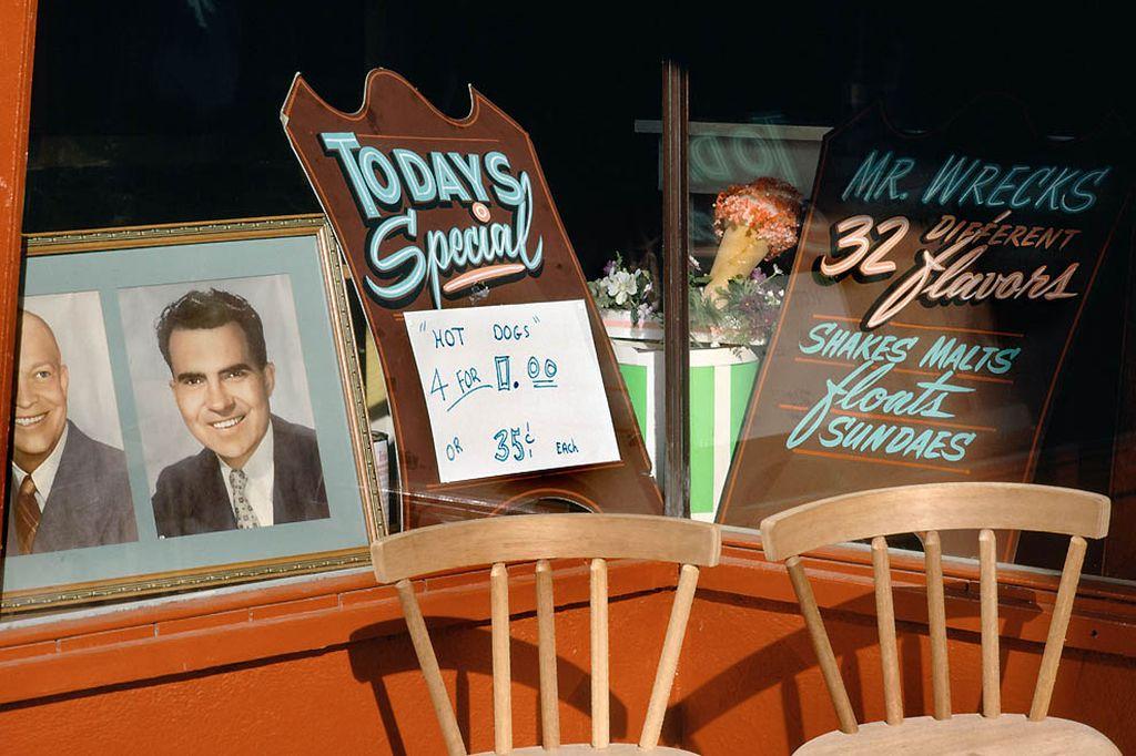 Блюдо дня, хот-доги, 35 центов за штуку или четыре за…0.00. Без special четыре хот-дога стоили бы 1 доллар 40 центов