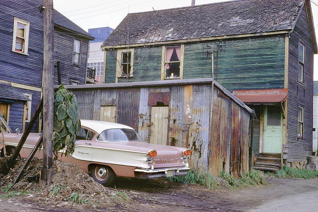 Новая модель Понтиака, выпуск 1957-го года — на фоне домов, живо напоминающих современную российскую глубинку.