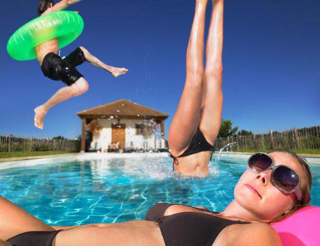Развлеченья девченок у бассейна фото 580-644