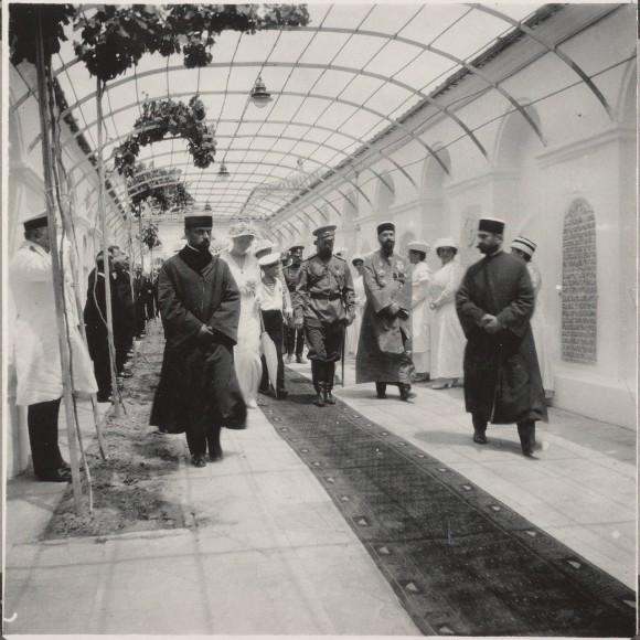 Николай-Второй-посещает-крымско-караимскую-кенассу-синагогу-в-Евпатории-в-1916-году-580x580