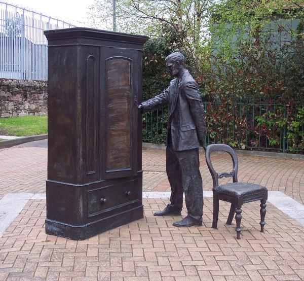 Searcher statue