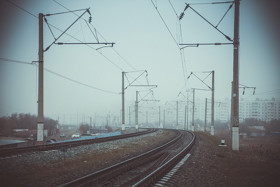 туман утро железная дорога столбы провода