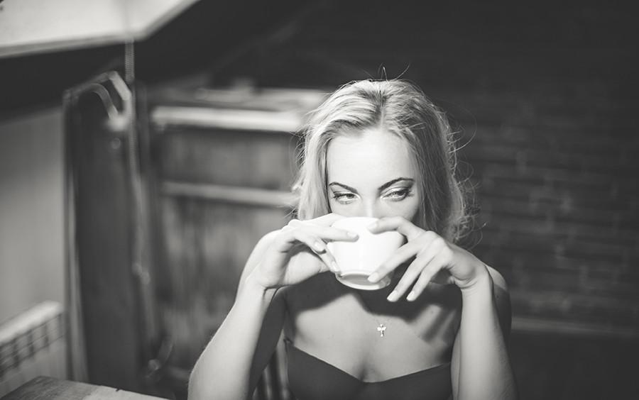 девушка кофе чб фото.jpg