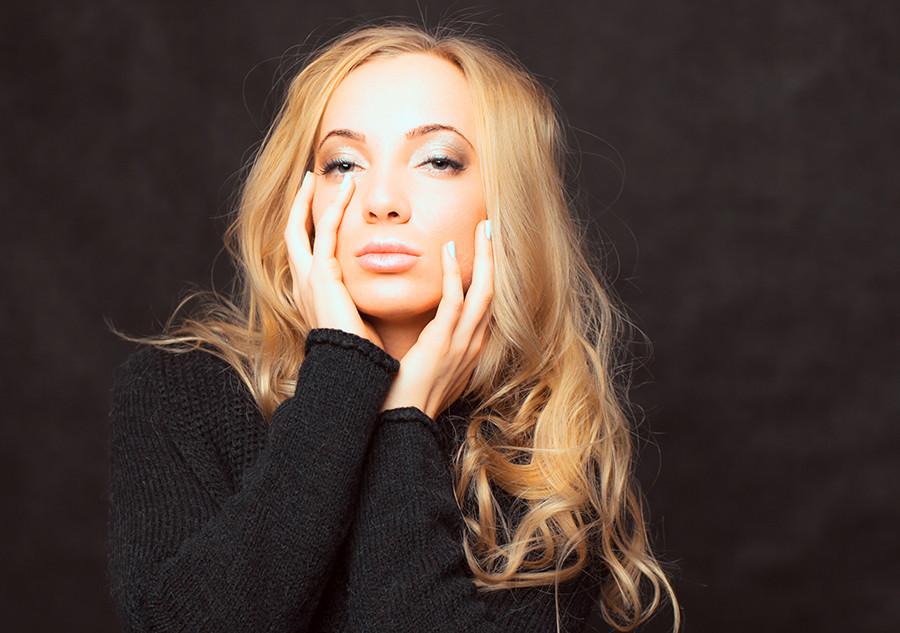 девушка фотостудия блондинка черный фон.jpg