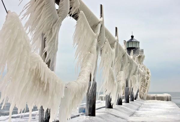 Замороженные-Маяки-в-ледяных-тисках-зимы-на-озере-Мичиган_07