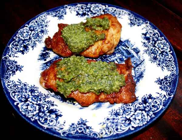 Ahtung, gosti Chicken thighs pan sauteed served with pesto