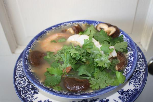 Low-carb diet fish shrimp mushroom asian soup