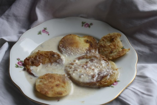 Fried green tomatoes heavyfried with gravy
