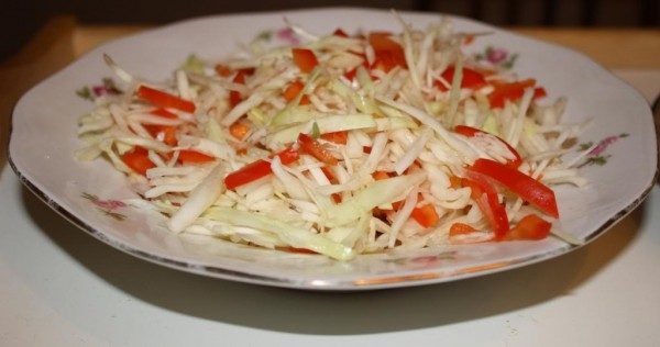 Cabbage bell bepper salad with rosemary vinegar